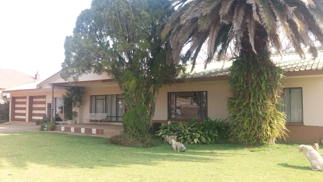 3 BEDROOM HOUSE with  2 FLATLETS IN OU DORP FOR SALE!! NEAR TOWN… BIG STAND