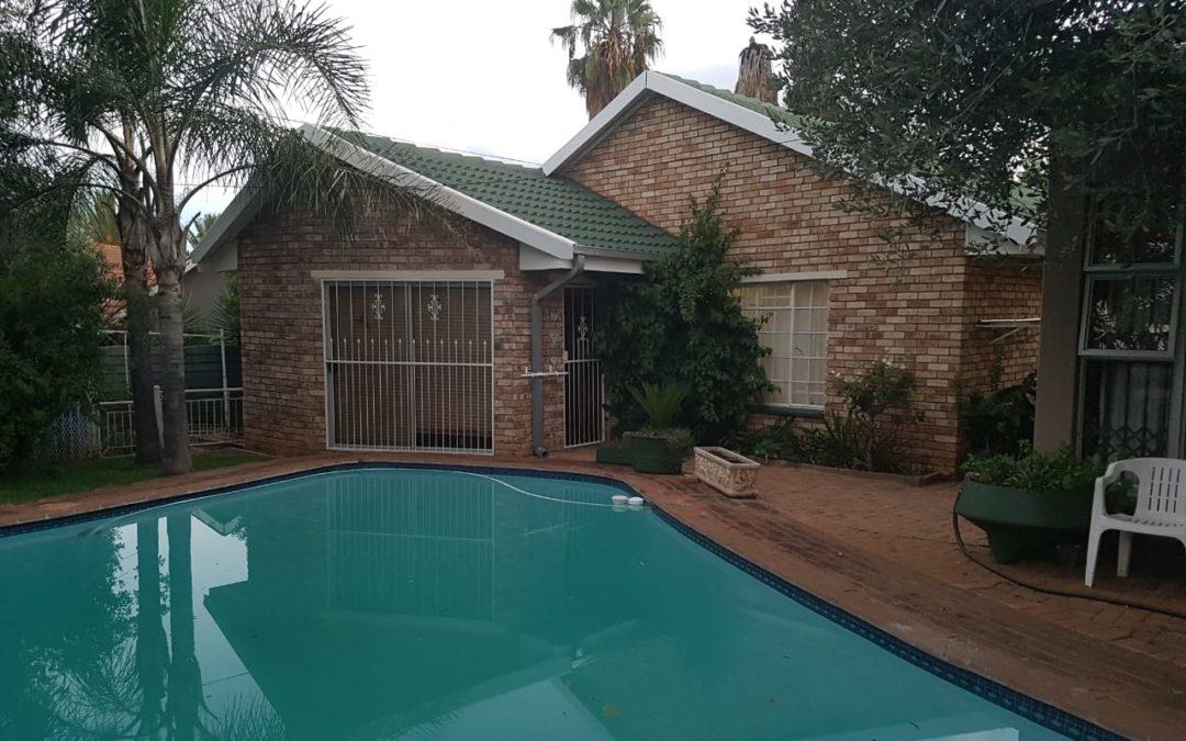 BEAUTIFUL 4 BEDROOM HOUSE WITH 2 BEDROOM FLAT; SWIMMING POOL; LAPA & BOREHOLE