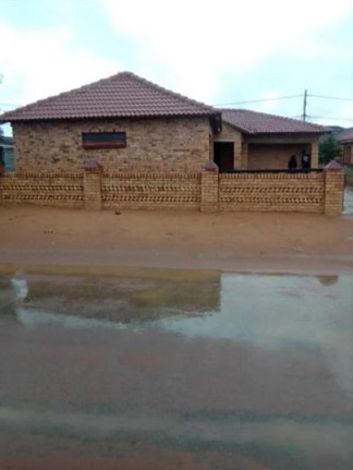 MODERN 3 BEDROOM HOUSE WELL SITUATED NEAR MALL; CLINIC & SAPS.