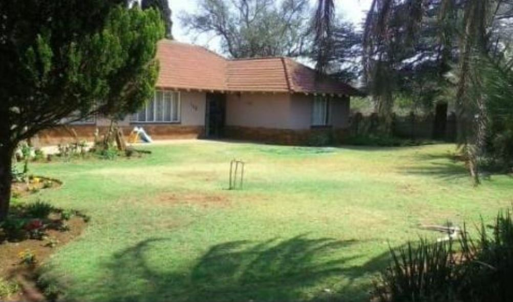 3 BEDROOM HOUSE. WELL SITUATED. WALKING DISTANCE FROM CBD.