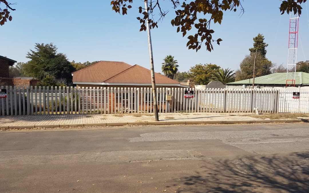 SOLID BUILT COUNTRY STYLE 3 BEDROOM HOUSE ON 1,2HA PLOT ON THE BANKS OF THE SCHOONSPRUIT IN THE WELL KNOWN OUDORP SUBURB. OFFERS WELCOME!!