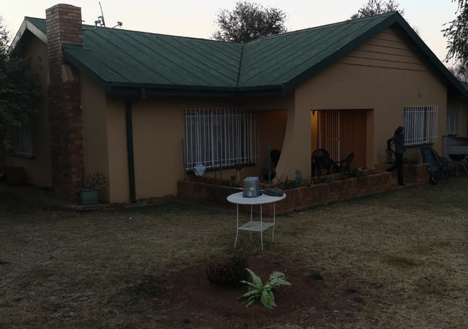 LOVELY 3 BEDROOM HOUSE WITH 2 FLATS! THIS HOUSE IS AN INVESTORS DREAM.