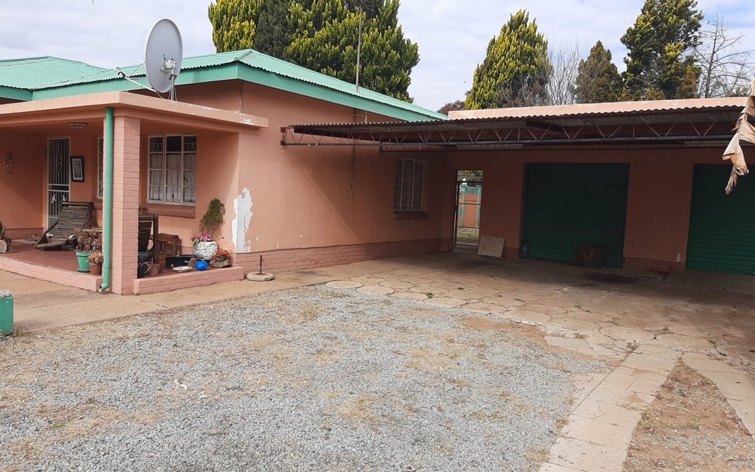 LOTS OF POTENTIAL!! 3 BEDROOM HOUSE WITH 2 BATHROOMS; POOL & LAPA.