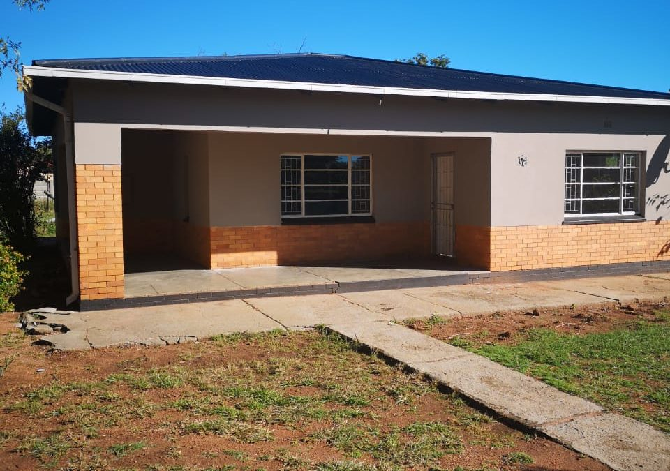 NICE 3 BEDROOM HOUSE. WELL SITUATED NEAR SHOPS; SCHOOLS; TAXIS & N12.