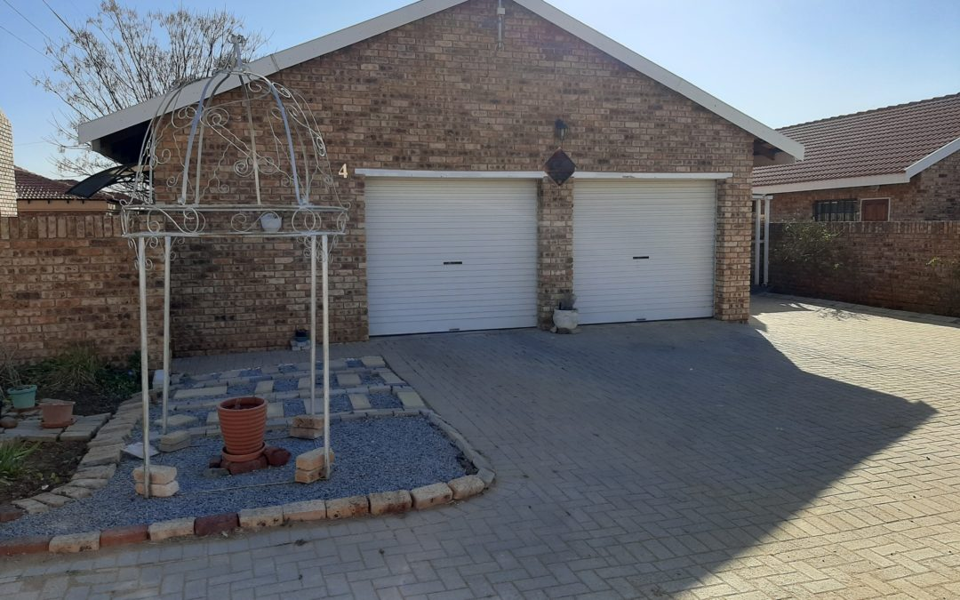 NEAT AND SPACIOUS TOWNHOUSE WITH LOW MAINTENANCE.