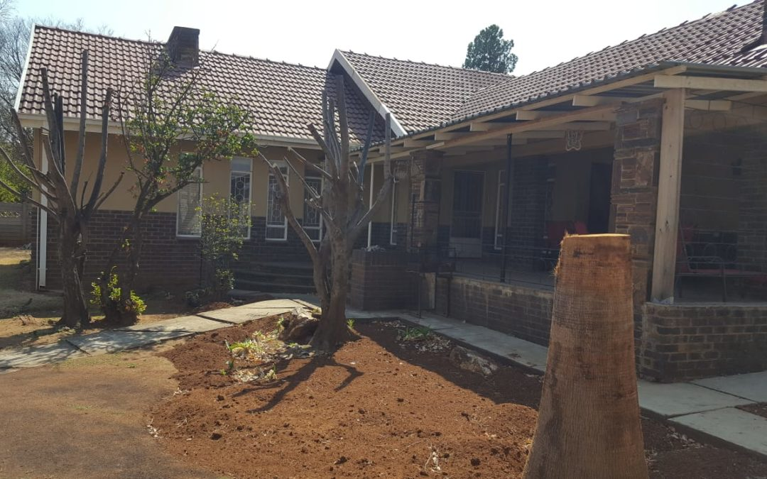 3 BEDROOM HOUSE WITH NICE KITCHEN, OPEN PLAN DINING/LOUNGE, 2 BATHROOMS, 2 GRANNY FLATS, SWIMMING POOL, DOUBLE GARAGE. WELL SITUATED NEAR GOLF COURSE.