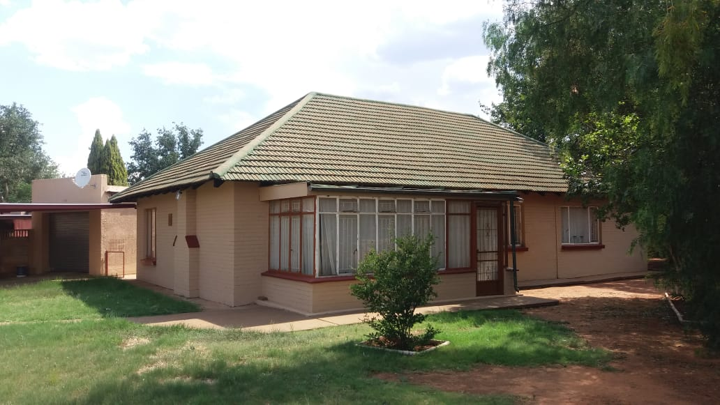 IDEAL 3 BEDROOM HOUSE FOR FIRST TIME BUYERS. CLOSE TO SCHOOLS, EASY ACCESS TO N12.