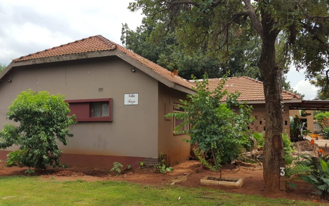 COZY FAMILY HOME WITH FLATLET, POOL, BOREHOLE & DOUBLE GARAGE. WELL SITUATED NEAR ALL MAJOR SHOPS; SCHOOLS; TAXIS AND N12.
