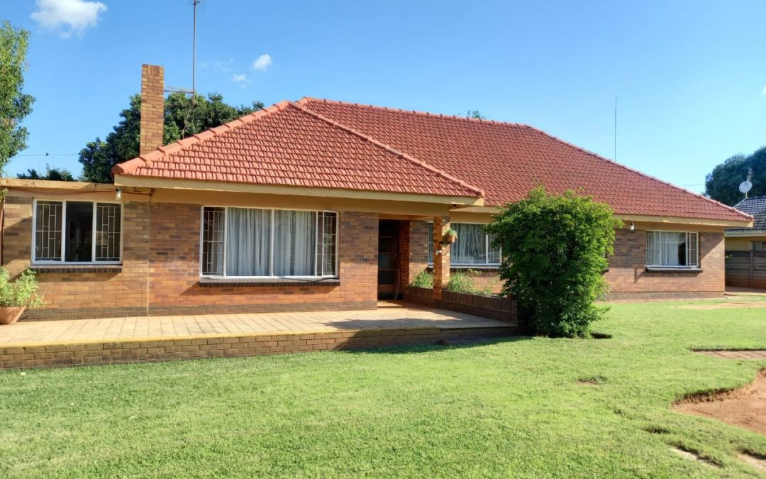 OLD FASHIONED COUNRTY STYLE HOUSE. WELL SITUATED IN CENTRE OF TOWN.