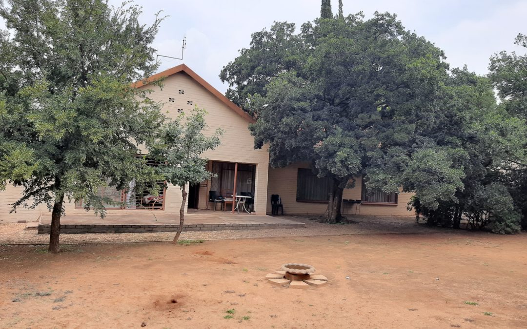 IDEAL PROPERTY FOR INVESTORS/ STUDENTS. POTENTIAL INCOME OF R9 000 PER MONTH. 3 BEDROOM HOUSE WITH 3 FLATS. WELL SITUATED.