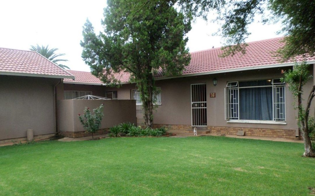 IDEAL BEGINNERS HOUSE WITH SPACIOUS ENTERTAINMENT AREA, POOL & BOREHOLE.