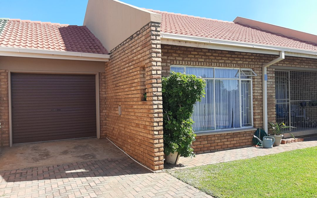 NEAT LOCK-UP & GO 2 BEDROOM FULL TITLE TOWNHOUSE WITH POOL. LOW MAINTENANCE.