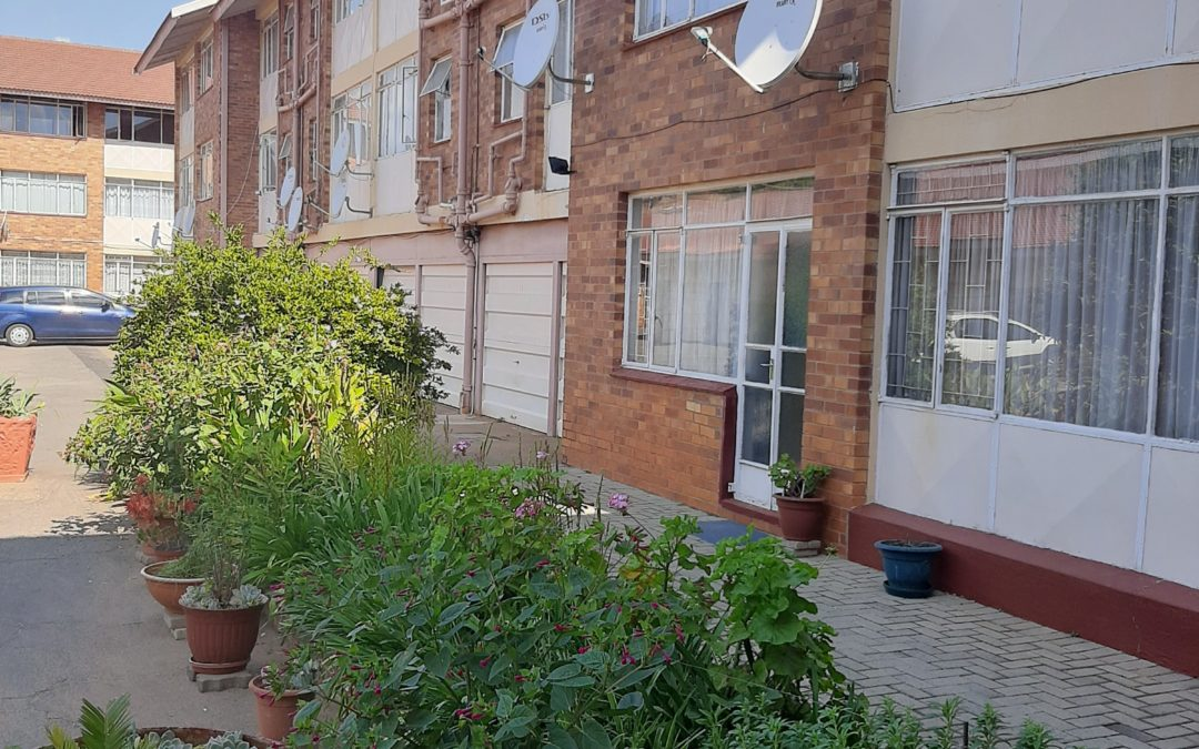 2 BEDROOM GROUND FLOOR APARTMENT IN SECURE COMPLEX FOR SALE. (SECTIONAL TITLE)